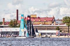 Katamaran Alinghi und Oman Airs auf extremen segelnden Katamarann der Reihen-Tat 5 laufen in St Petersburg Lizenzfreie Stockfotografie