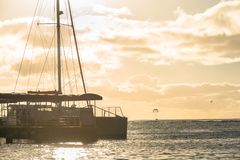 Katamaran angekoppelt auf Waikiki-Strand in Honolulu, Hawaii lizenzfreie stockfotografie