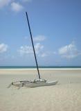 Katamaran auf dem Strand lizenzfreie stockbilder