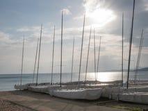 Katamaran auf dem Strand, Vereinwartejahreszeit segelnd Stockfotos