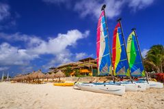 Katamaran auf dem Strand von Playacar in karibischem Meer Lizenzfreie Stockbilder
