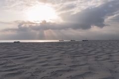 Katamaran auf Diana Beach bei Sonnenaufgang stockfotos