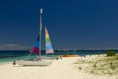 Katamaran auf sandigem Strand, Fidschi Lizenzfreie Stockfotos