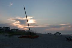 Katamaran auf Strand, Sonnenaufgang Lizenzfreie Stockfotos