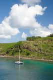 Katamaran befestigt an einem ursprünglichen Schacht in Maui, Hawaii Lizenzfreie Stockbilder
