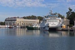 Katamaran Dagomys på den tionde kajSochi hamnstaden Royaltyfria Bilder