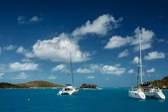 Katamaran i tropiskt vatten för turkos i British Virgin Islands royaltyfri bild