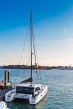 Katamaran (im Hafen) Lizenzfreies Stockfoto