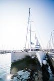 Katamaran im Jachthafen auf schönem Sunny Day Lizenzfreie Stockfotografie