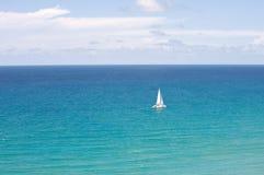 Katamaran im Ozean lizenzfreies stockfoto