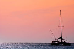 Katamaran im Sonnenuntergang Stockfotos