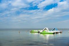 Katamaran in Meer, Pier, Landschaft Lizenzfreie Stockbilder