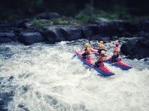 Katamaran mit vier Passagieren auf einem Gebirgsfluss übersteigt die Schwelle in der Republik von Karelien, Russland stockfoto