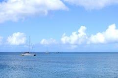Katamaran och fartyg i det öppna havet Arkivbilder