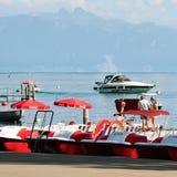 Katamaran och folk på sjöGenève i Lausanne Schweiz Arkivbild