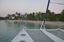 Katamaran p? den karibiska stranden i m?nskenet arkivfoton