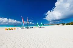Katamaran på den tropiska stranden Royaltyfria Bilder