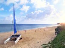 Katamaran på en strand av en ö av den Okinawan skärgården i Japan Arkivfoto