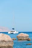 Katamaran-Segelboot verankert auf einem tropischen Meer Stockbilder