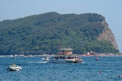Katamaran segelt nahe dem Ufer von Sveti Nikola Island Stockfoto