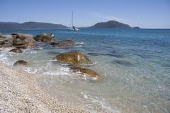 Katamaran som förtöjas av den Fitzroy ön Royaltyfria Foton