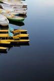 Katamaran und Boot auf einem Fluss Stockfotos