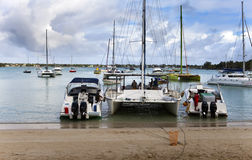Katamaran und Boote in einer Bucht Großartige Bucht (großartiges Baie) am 24. April 2012 in Mauritius Stockbilder