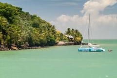 Katamaran verankert von Ile Saint Joseph lizenzfreie stockfotos
