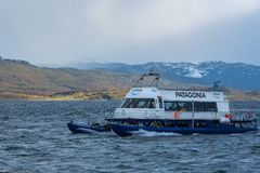 Katamaran voll mit den Touristen, die am Spürhundkanal segeln lizenzfreies stockfoto