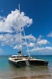 Katamaran weg von den Kosten von St. Nevis nahe St. Kitts Stockfotos