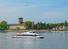 Katamaranfähre bei Bodensee vor Palast Friedrichshafen Stockbild