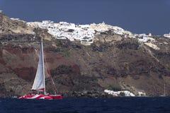 Katamaranfartyg och Santorini royaltyfri fotografi