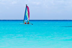 Katamaransegel auf dem Türkis karibischen Meer Stockfotos