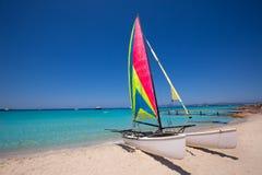 Katamaransegelbåt i den Illetes stranden av Formentera Royaltyfria Bilder