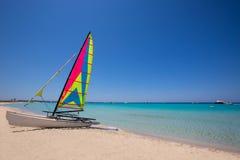 Katamaransegelbåt i den Illetes stranden av Formentera Arkivbilder
