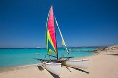 Katamaransegelbåt i den Illetes stranden av Formentera Arkivfoto