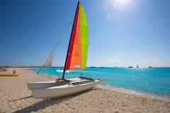 Katamaransegelbåt i den Illetes stranden av Formentera Royaltyfri Fotografi