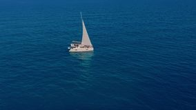 Katamaransegeln auf dem Meer Lufttrieb des Katamaransegelns im Wind stock video