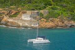 Katamaransegeln durch Prinzen Frederikas Battery Fort Willoughby auf Mühe-Insel, St Thomas U S Virgin Islands Stockfoto
