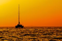 Katamaransegeln am Sonnenuntergang Lizenzfreie Stockbilder