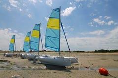Katamaransegelnboote lizenzfreie stockbilder