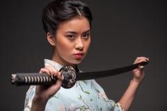 Ιαπωνική γυναίκα με το katana Στοκ Εικόνες