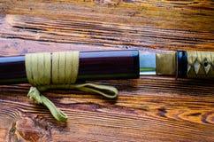 Katana japon?s de la espada en fondo de madera imágenes de archivo libres de regalías