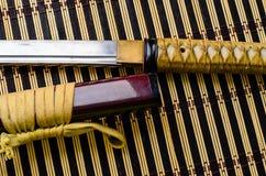 Katana japonais d'épée sur le tapis en bambou Photo stock