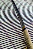 Katana japonais d'épée sur le tapis en bambou Images libres de droits