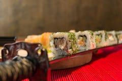 Katana und Sushi lizenzfreie stockfotografie