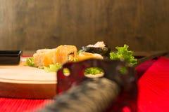 Katana und Sushi lizenzfreie stockbilder