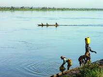 Katanga, DRC, 11th 2006 Czerwiec: Kobiety przynosi wodę od rzecznego Kongo obrazy royalty free