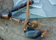 katapult, steen en stukken van gebroken glas Stock Foto