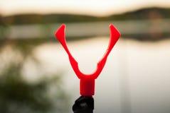 Katapult voor het installeren van hengels terwijl visserij op de meerachtergrond Stock Fotografie